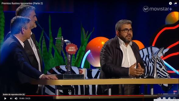 Flo recogiendo premio junto al grifo de cerveza en Gala Premios Ilustres Ignorantes