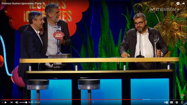 Florentino Fernández con Juan Manuel López Iturriaga junto al grifo en Gala Premios Ilustres Ignorantes