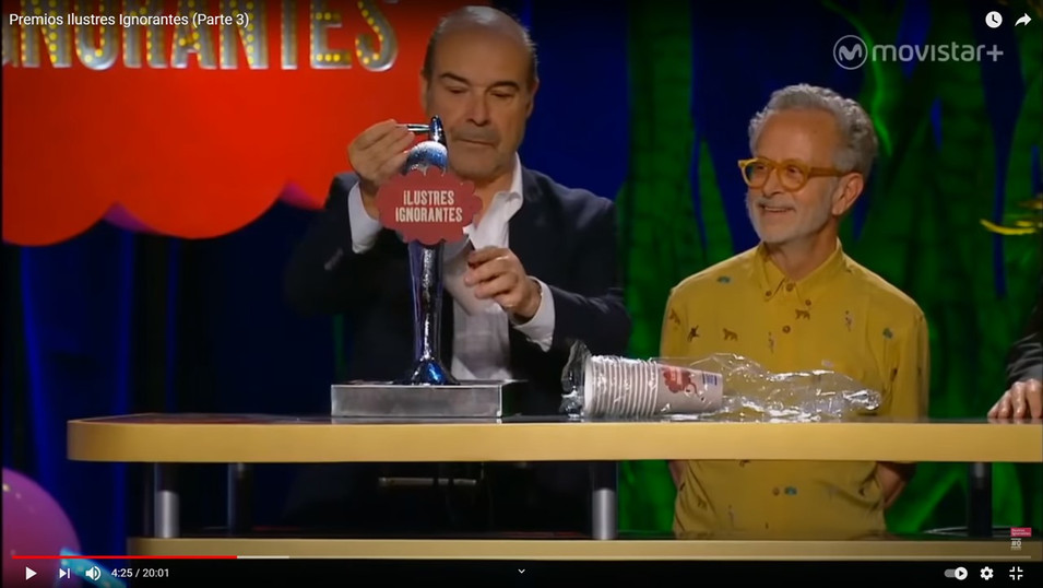 Antonio Resines sirviendo una caña del grifo instalado en Gala Premios Ilustres Ignorantes