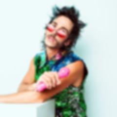 Teo-Lavabo-portrait-lunettes-rouge-cocar