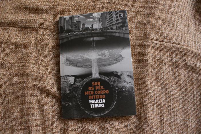 """""""Sob os pés, meu corpo inteiro"""", de Marcia Tiburi"""
