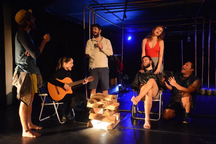 """""""Tubarões"""" reestreia no Teatro Serrador e traz reflexões sobre a relação passado/presente"""