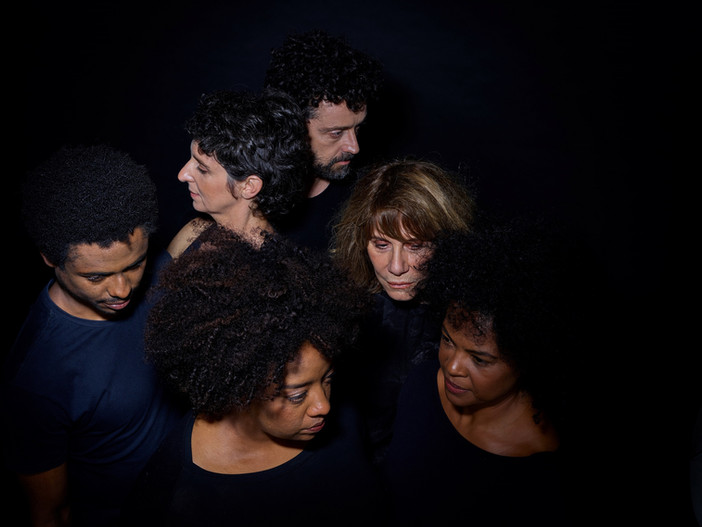"""""""Preto"""", da Cia. Brasileira de Teatro, segue em cartaz no CCBB/RJ até 11 de março"""