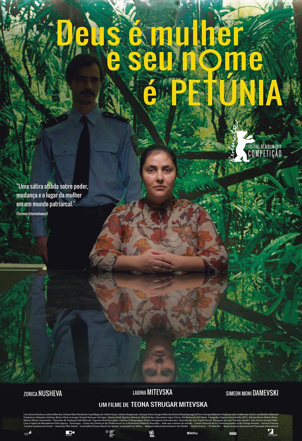 """Cartaz """"Deus é mulher e seu nome é Petúnia"""""""