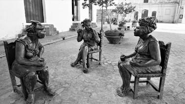 Cuba artist Martha Jiminez, Bronze sculpture of women gossping, Camagüey, Cuba