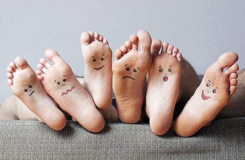 pieds peints avec des visages, photo, famille, drole, humour, sante, pedicure, podologie