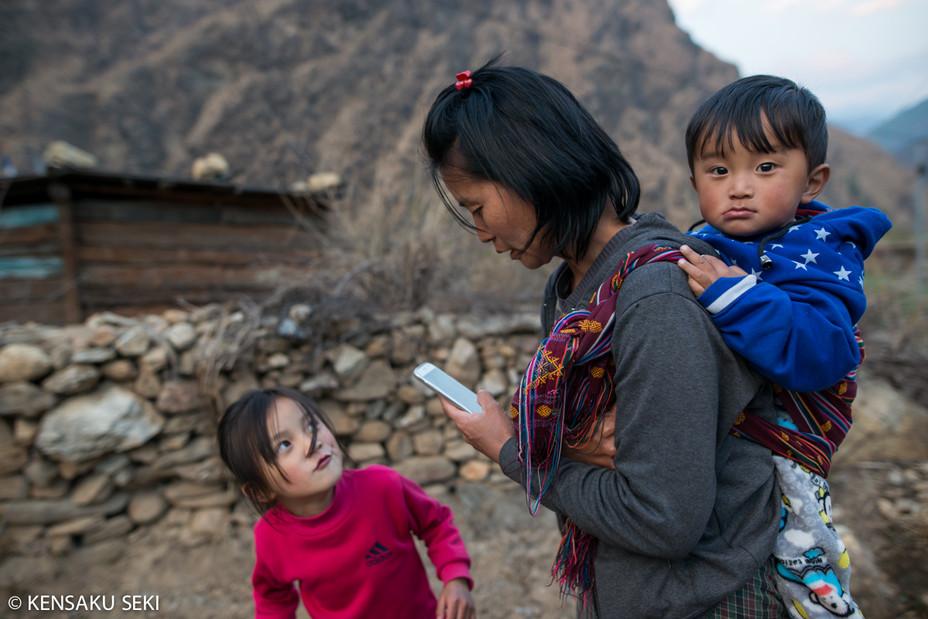 ブータンでも子どもがスマホに嫉妬する時代