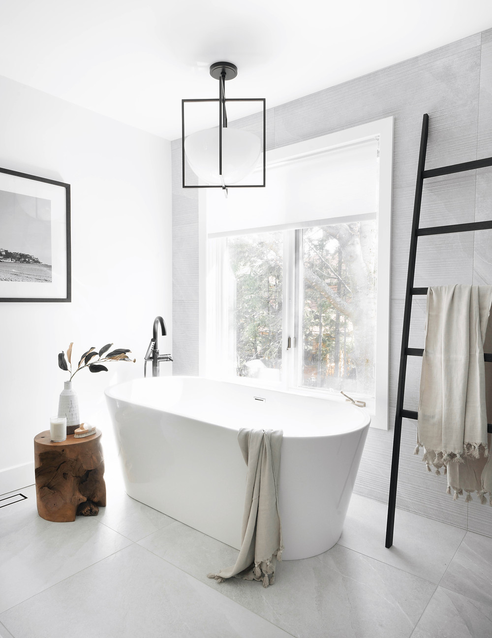 Soaker tub moment seen in the Gatineau Modern project by Leclair Decor
