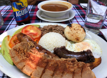 Almorzando la Bandeja Paisa en Medellín