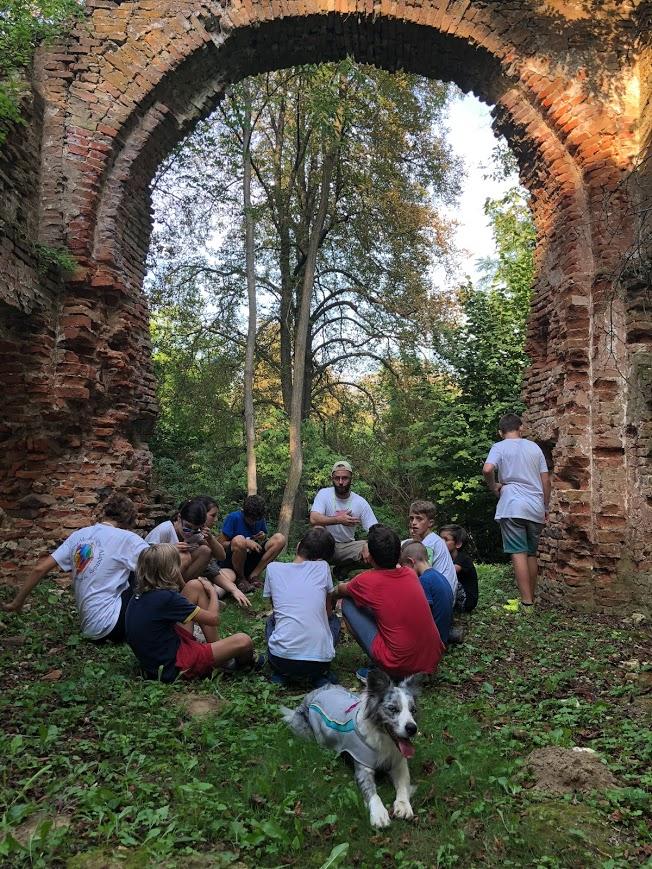 beszélgetés az Árpád kori templomnál