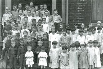Children outside the Gilpin Moore House in Rock Island, Illinois, circa 1920.