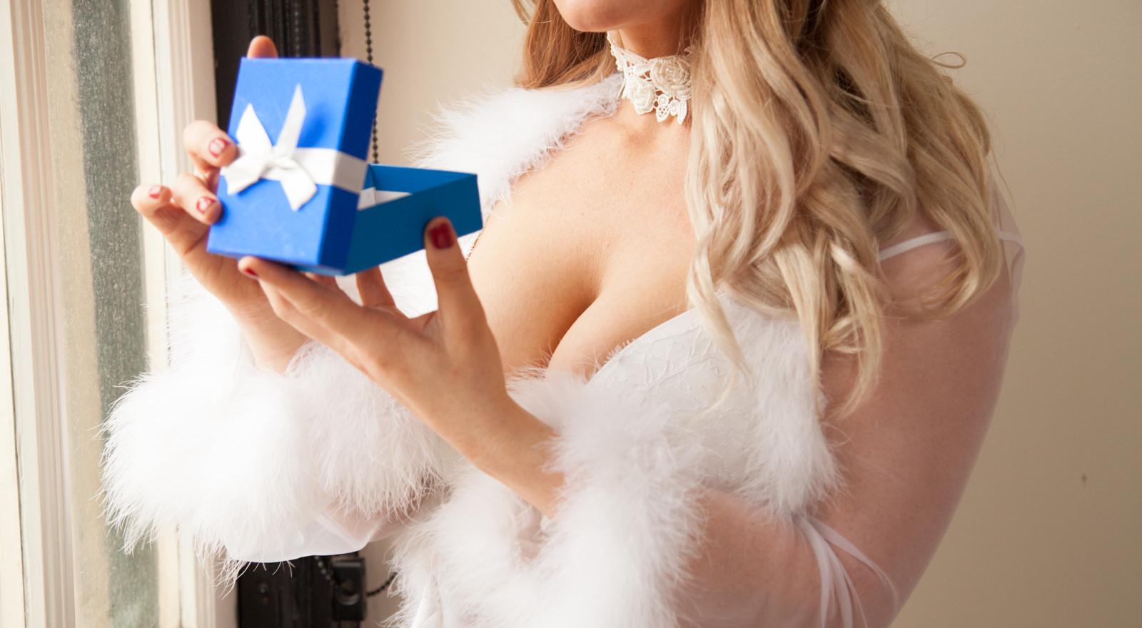 Blonde bombshell unwraps Christmas present