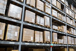 Paquetes en estantes