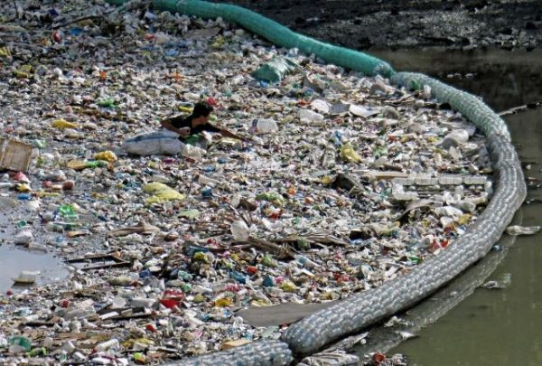 Picture showing large amounts of plastic waste in the water