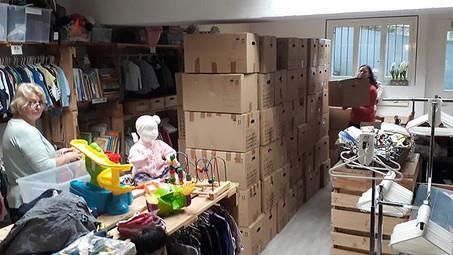 80 Kisten Kinderkleider