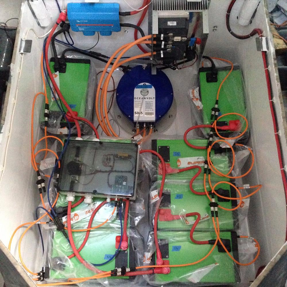 Le nouveau moteur électrique Oceanvolt et les batteries Super B sont en place!