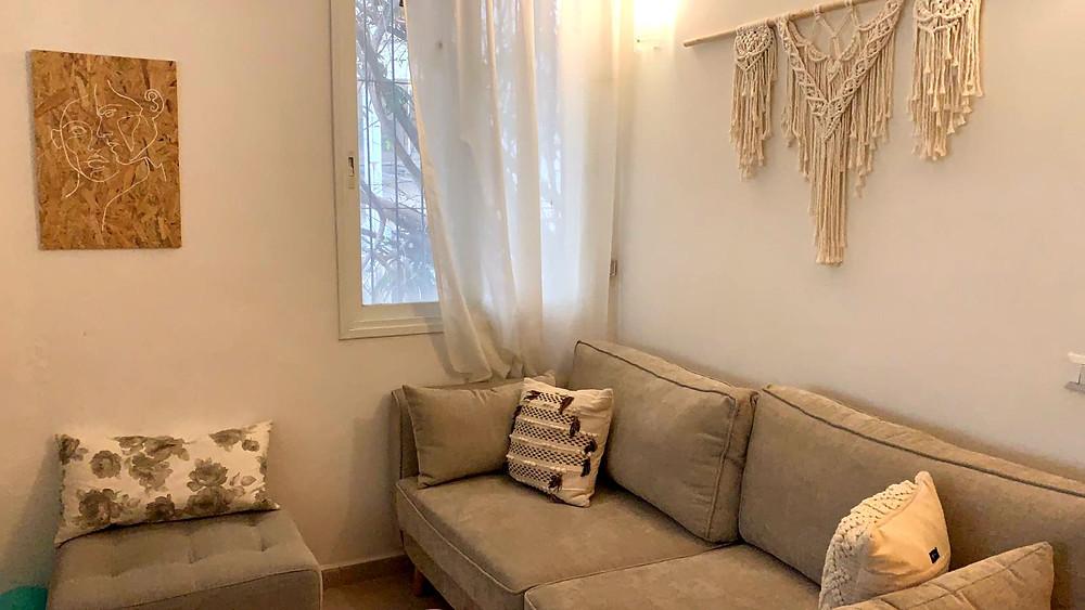 תמונה בסגנון 'קו אחד' תוסיף לקיר הסלון שלכם מראה נקי ופשוט