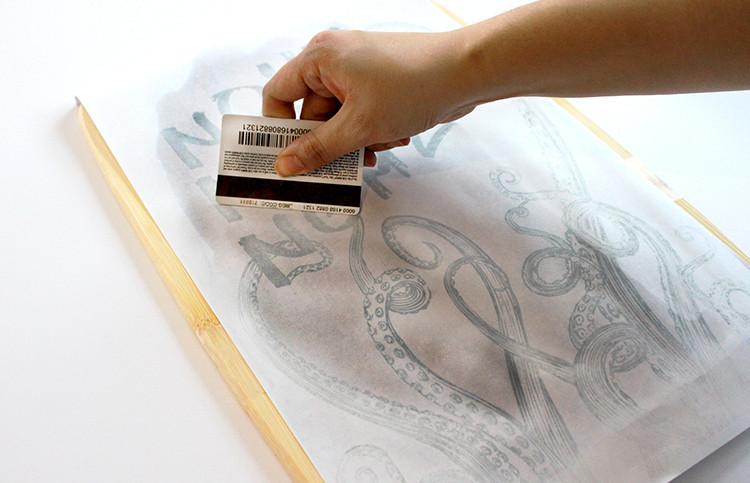 הידוק תמונה לעץ על מנת להעביר את ההדפס שלה