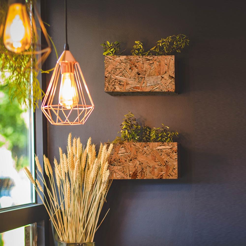 לקבלת מראה טבעי ופשוט שיקלו לתלות על הקיר שלכם אדניות או ארגזים מעץ ממוחזר בשילוב עציצים טבעיים