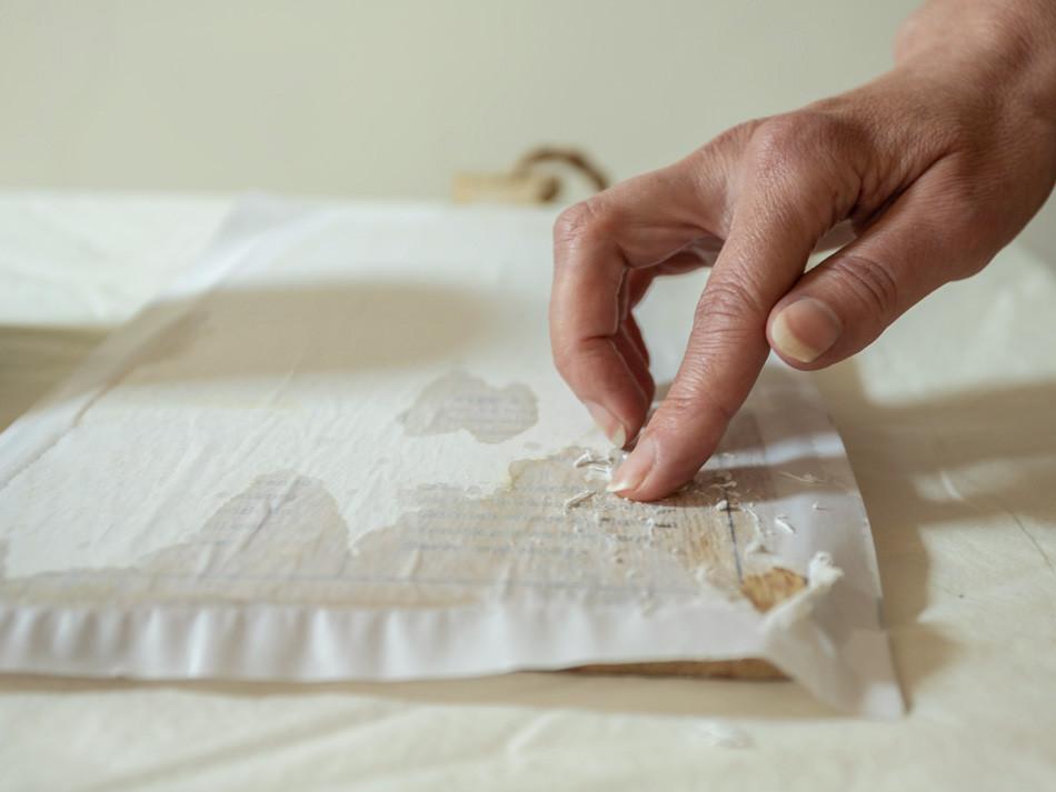 הסרת הנייר מהעץ על ידי שפשוף הנייר ובכך לחשוב את התמונה המודפת על העץ
