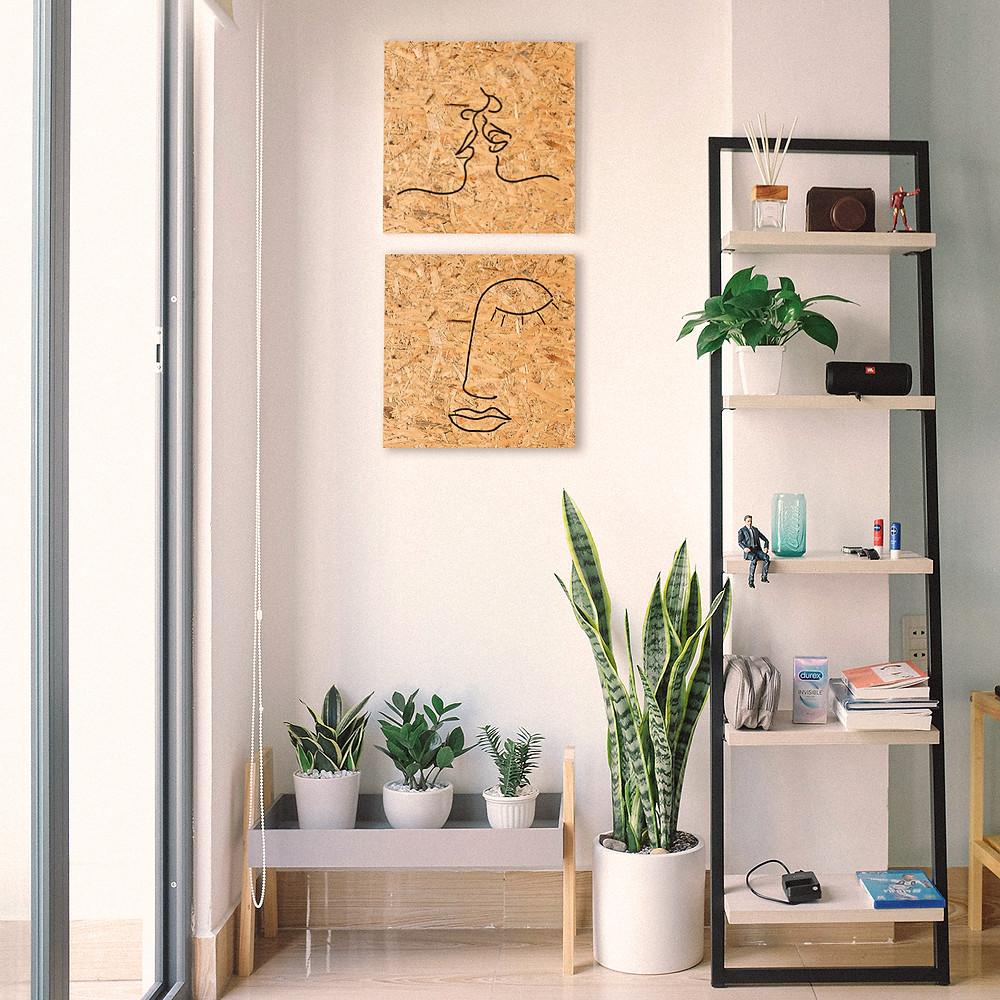 דירה תל אביבים עם תכנון אור נכון ושילוב אלמנטים של טבע כגון תמונות עץ טבעיות ועציצים