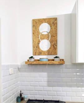 עיצוב מהמם של שילוב בין מדף לתמונה במטבח