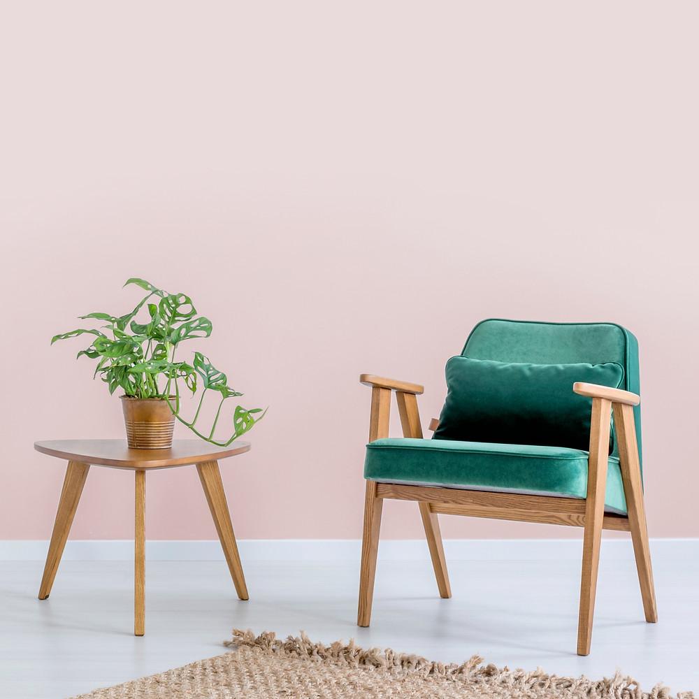 רהיטים מעץ ושטיח עם צבעים חמים וטקסטורות טבעיות יעזרו לכם לייצר מראה בסגנון נורדי לעיצוב הבית שלכם