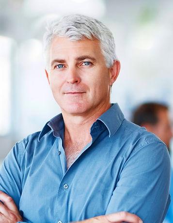 Homem com camisa de polo azul