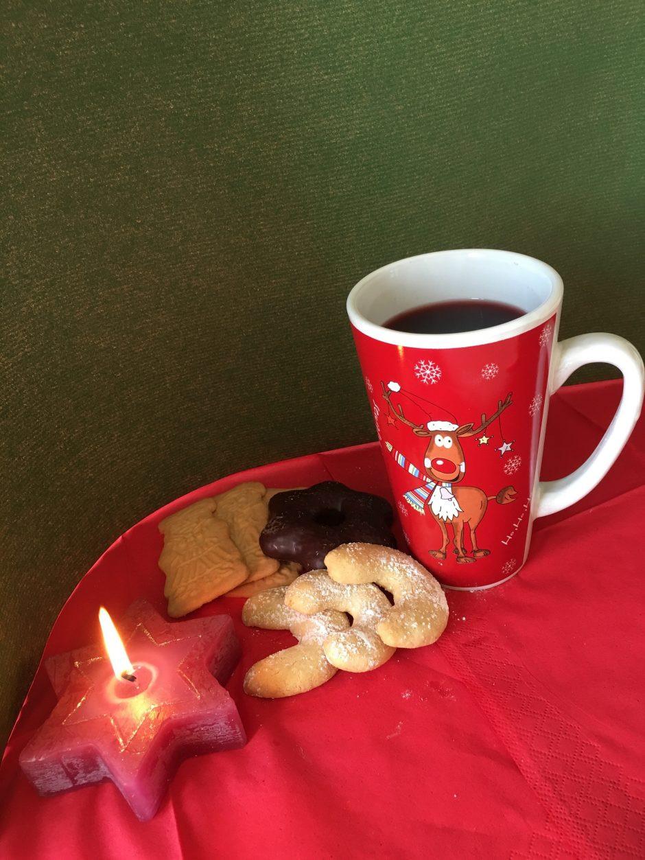 Stilleben mit Kerze, Keksen und Kaffee