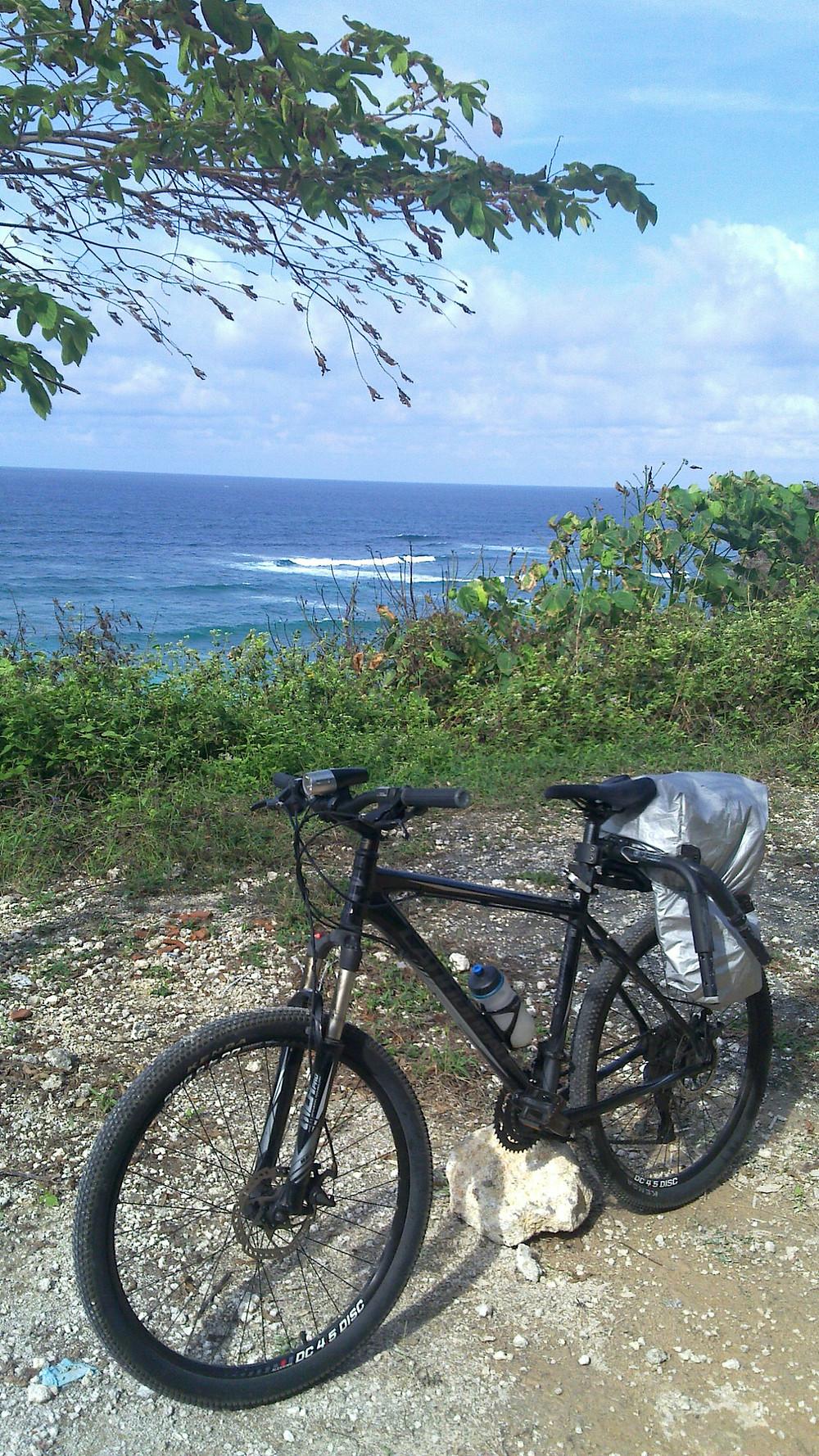 Bicicleta estacionada em uma praia de Bali