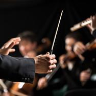 무대에서 오케스트라 지휘자