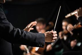 director de orquesta en el escenario