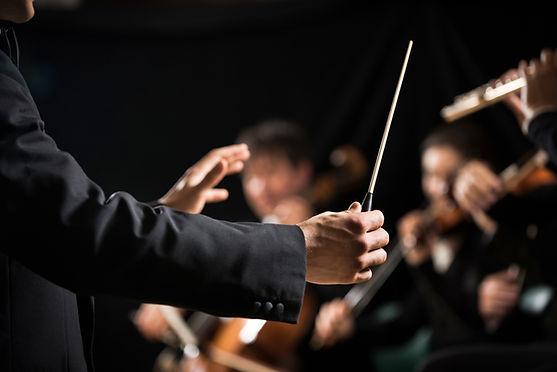 ステージ上でオーケストラのコンダクター