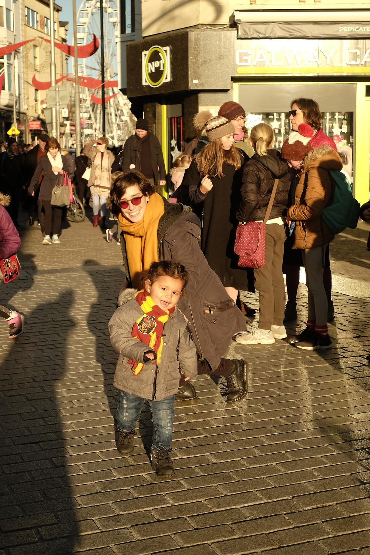 Mariel e Mia brincando em uma rua movimentada