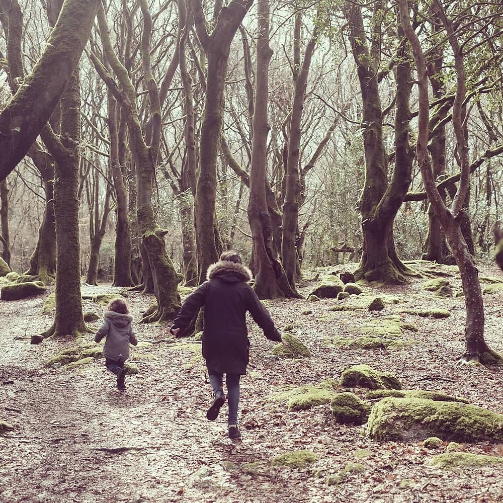Mariel e Mia correm em uma floresta