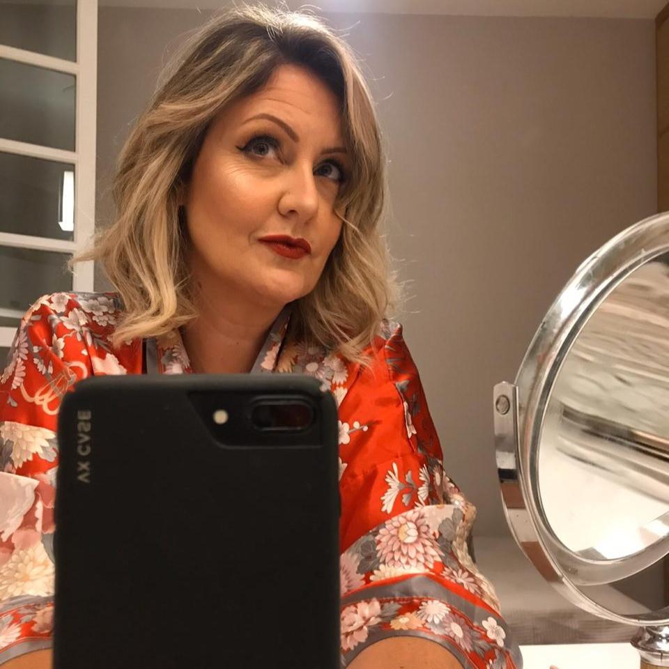 Daniela posa diante do espelho