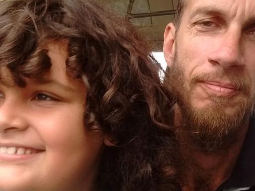 Uma história de amor entre pai e filho, em meio ao caos
