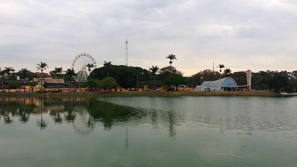 Lagoa da Pampulha com a Igreja da Pampulha e Roda Gigante ao fundo