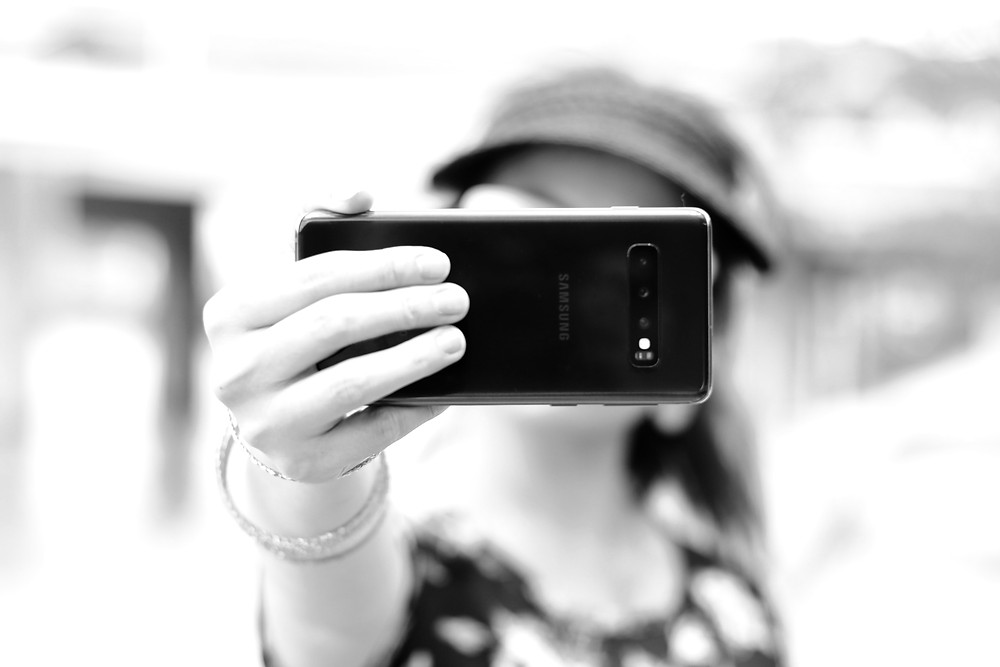 Mulher jovem tirando selfie
