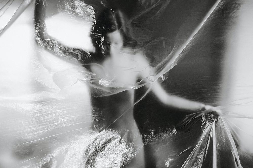 Mulher nua embrulhada em plástico