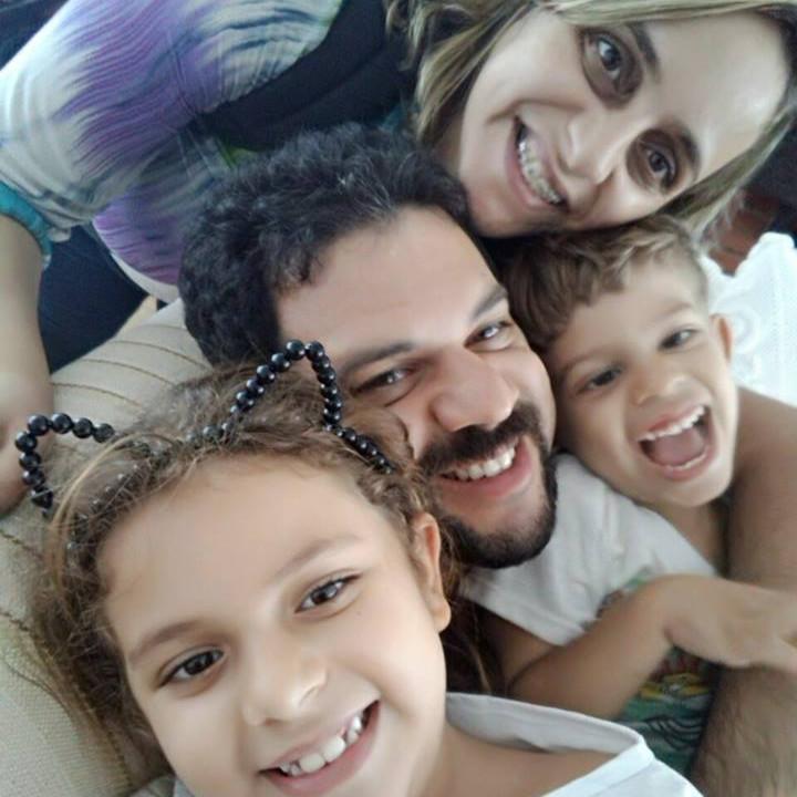 Sandra, com os filho Cauã, o marido e a filha Sofia. As crianças no colo do pai, e todos sorrindo para a foto