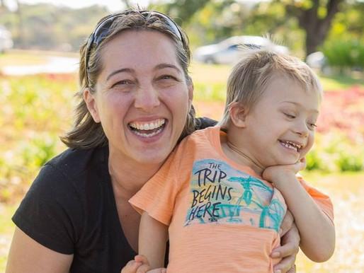 Mãe estuda pedagogia para alfabetizar filho com síndrome de Down
