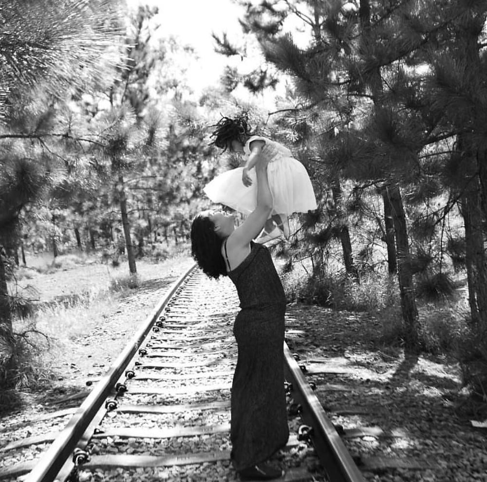 Kika segura Thaís no alto, nos trilhos de um trem