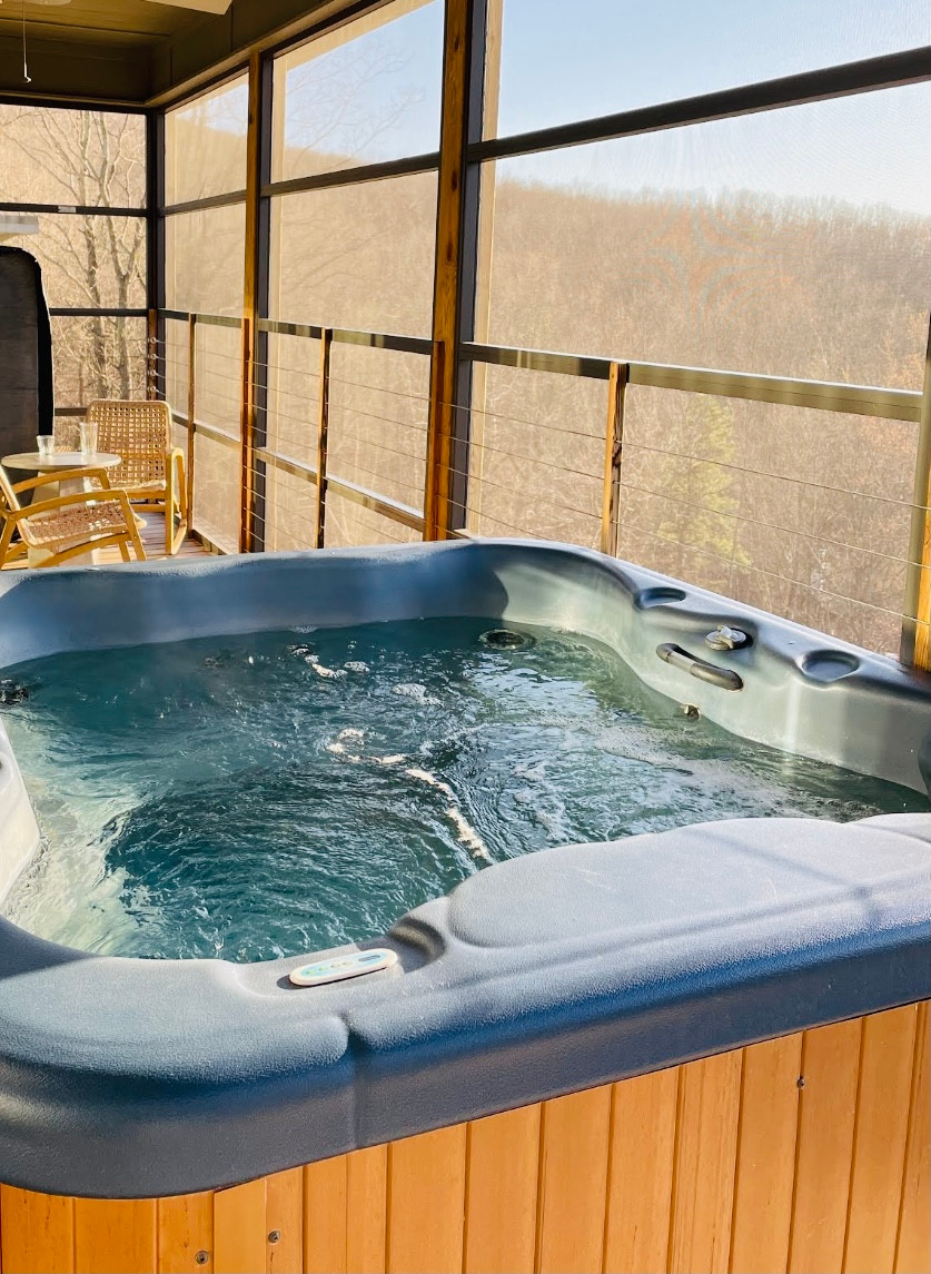 Hot tub, balcony, luxury cabins