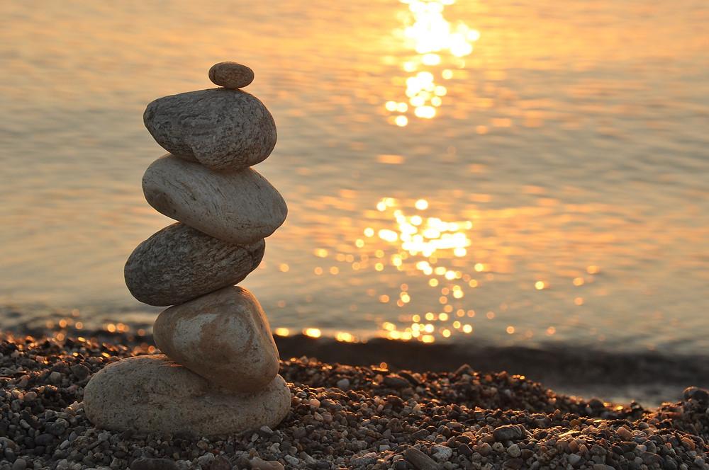 Galets sur une plage, soleil couchant