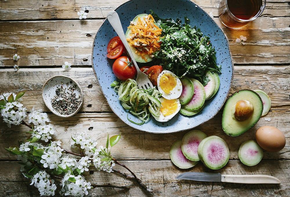 Assiette de legumes et un oeuf