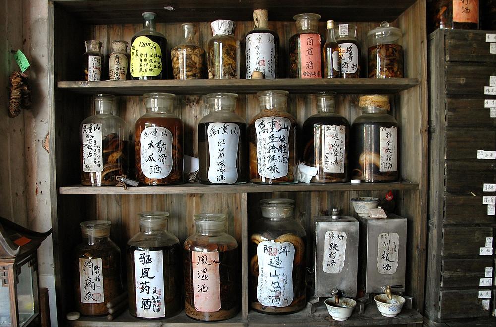 La naturopathie est une médecine traditionnelle qui privilégie les remèdes et soins naturels.