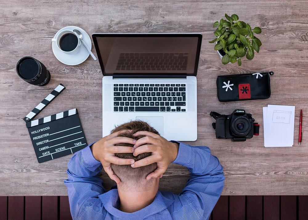 Burn out, épuisement professionnel, travailleur devant son ordinateur