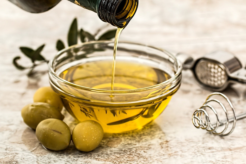 Lipides, huile d'olive dans un bol