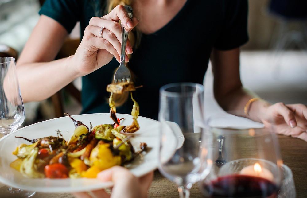 Alimentation, femme dans un restaurant